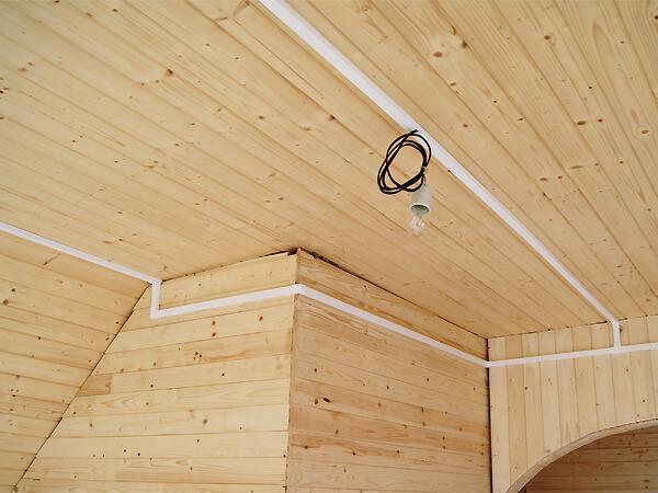 Профиль довольно часто используется для устройства электрики при строительстве и ремонте.