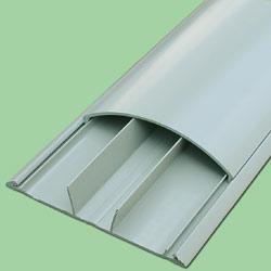 Прокладка проводки по полу в закрытых конструкциях предполагает обтекаемую форму этой конструкции.